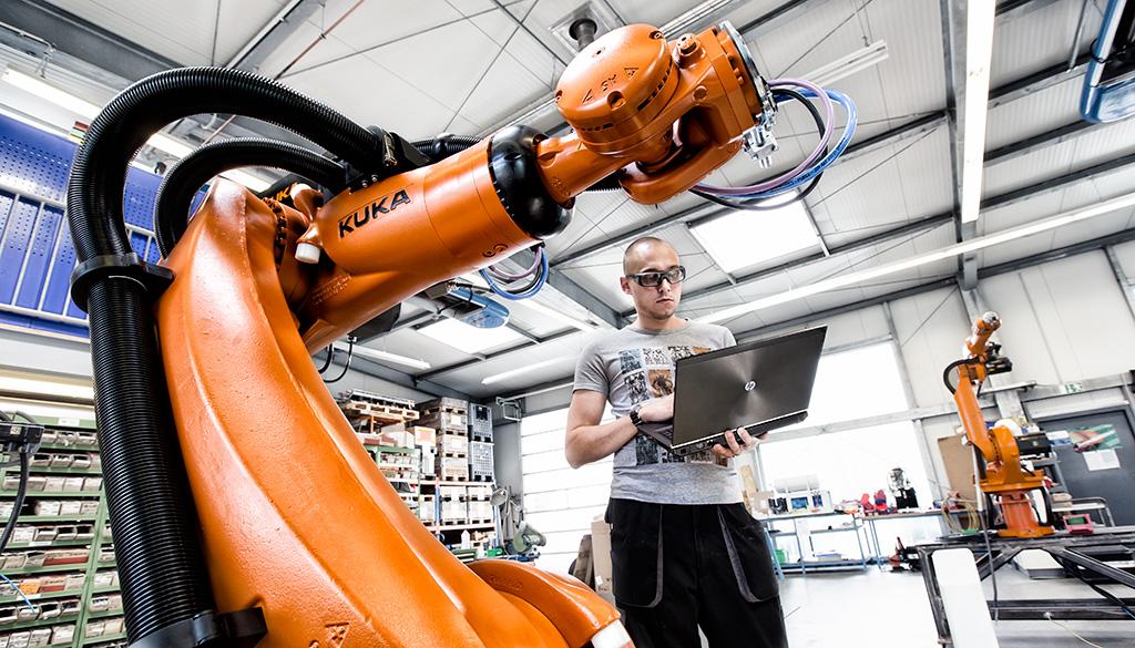 Industriefoto zeigt die Roboterproduktion in einer Fabrik