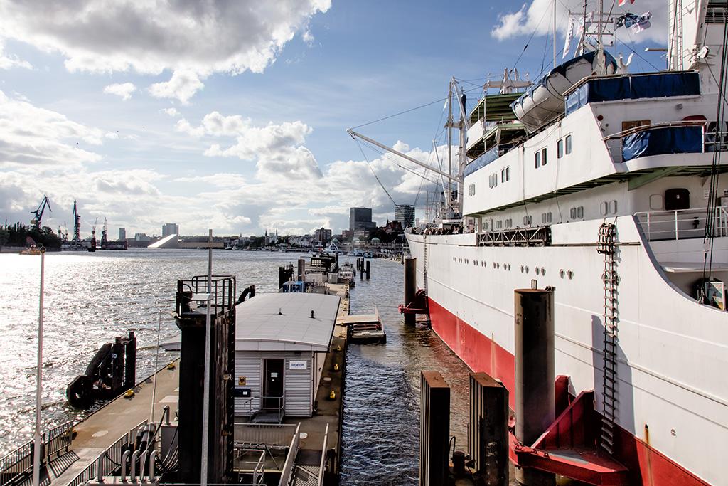 Das Schiff Cap San Diego im Hafen von Hamburg