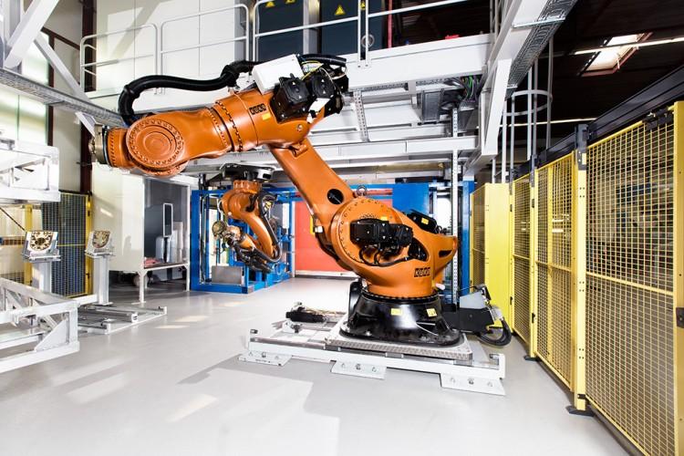 Fotografie von Roboternin einer Industrieanlage in der Nähe von Hamburg