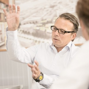 Ein Unternehmer gestikuliert während eines Interviews mit einem Redakteur