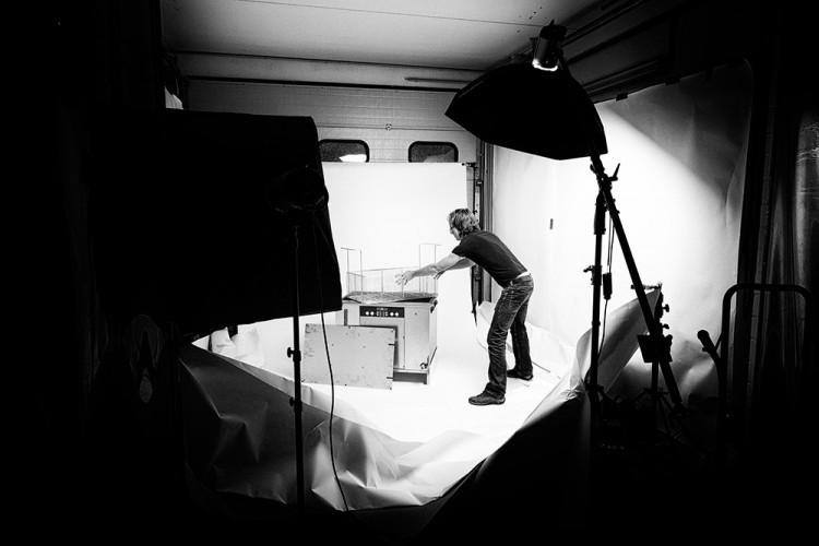 Bernhard Classen fotografiert für einen Katalog im Studio