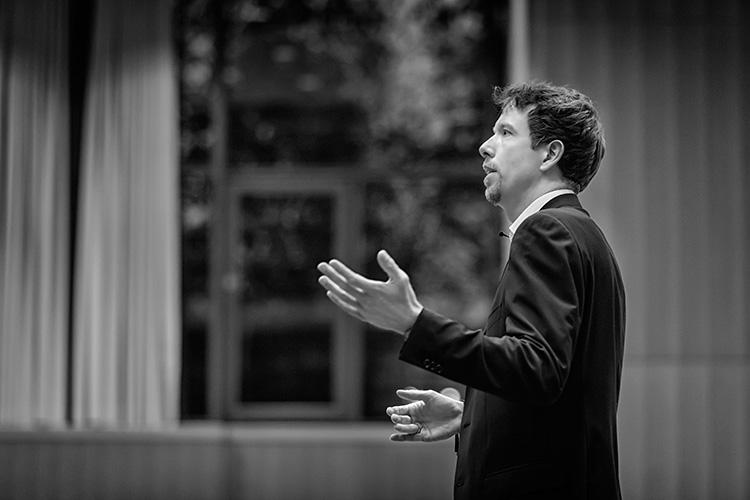 Dr. Nicolas Dierks waehrend einer Vorlesung an der Leuphana Universitaet Lueneburg