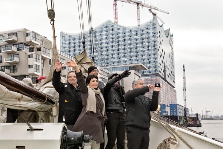 Teilnehmer des BRZ Mittelstandsforums vor der Kulisse der Elbphilharmonie