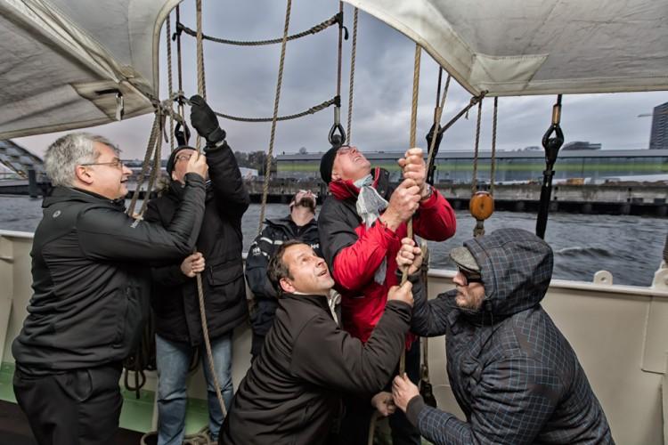 Teilnehmer des BRZ Mittelstandsforums auf einem Segelschiff im Hamburger Hafen
