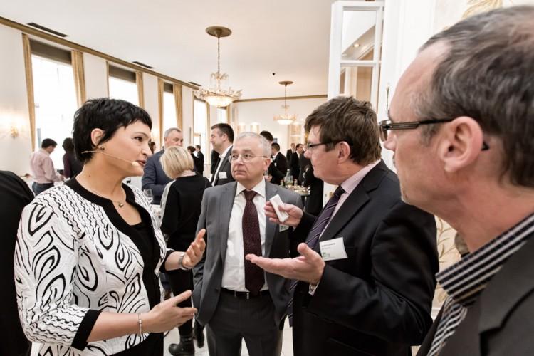 Teilnehmer des BRZ Mittelstandsforums in Hamburg im angeregten Gespräch