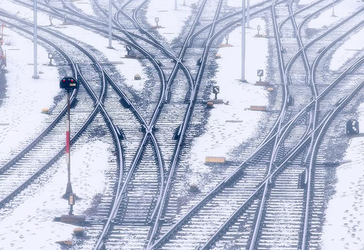 Gleisanlagen mit Weichen im Winter