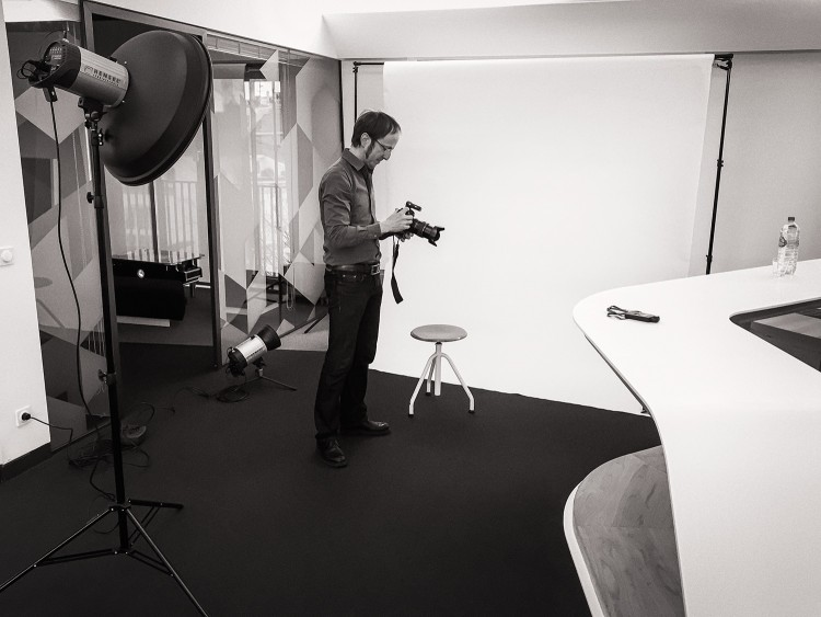 Der Hamburger Fotograf Bernhard Classen in seinem mobilen Fotostudio