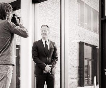 Fotoshooting für Mitarbeiterporträts direkt beim Kunden vor Ort